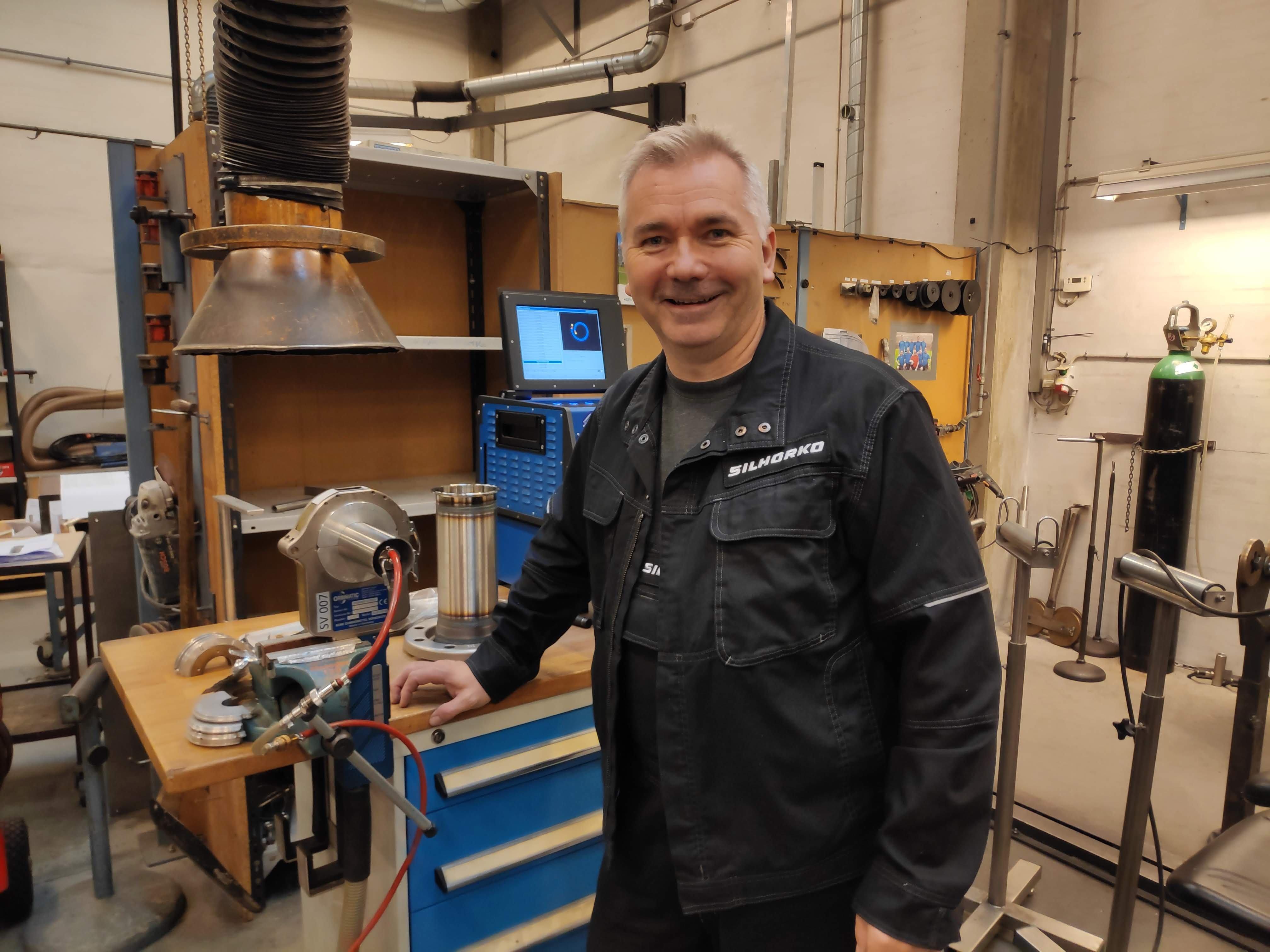 Henrik Christensen ved orbitalsvejseren hos Silhorko